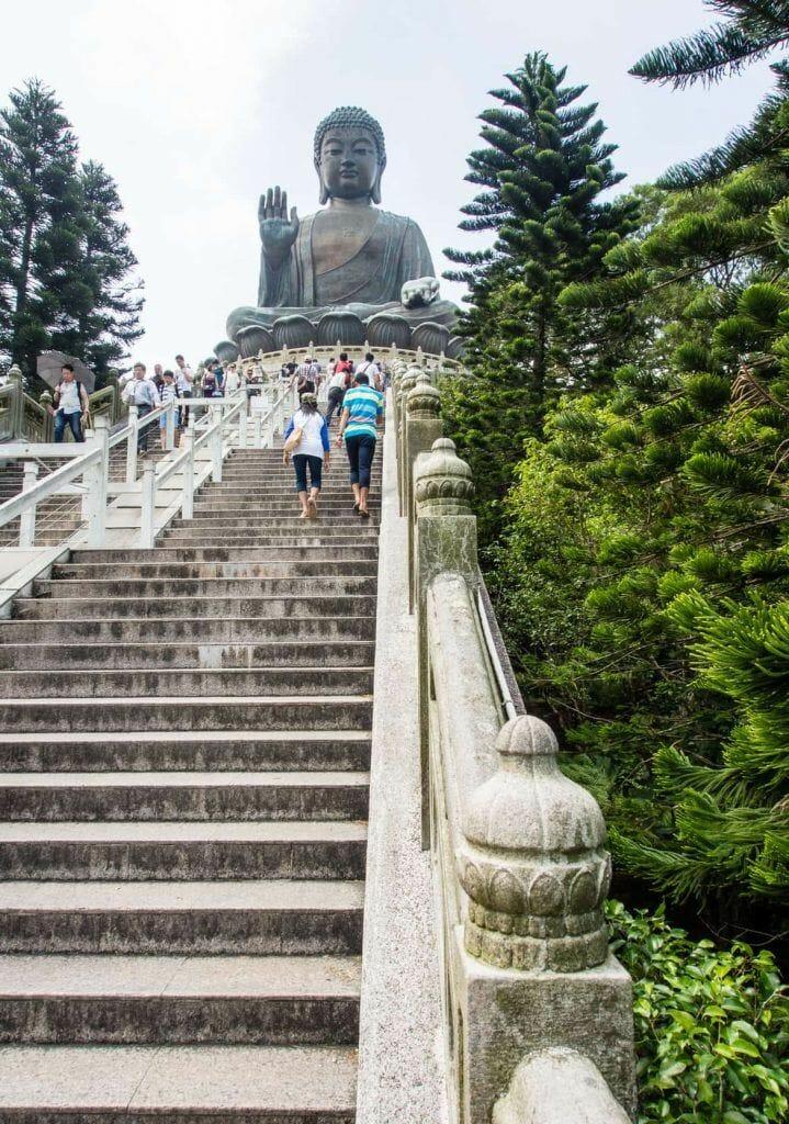 Treppenaufstieg zum Tian Tan Buddha auf Lantau Island - eines unserer Hongkong Highlights