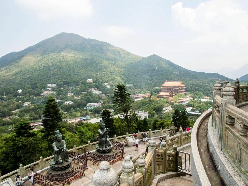 Ausblick auf das Kloster vom Tian Tan Buddha auf Lantau Island - eines unserer Hongkong Highlights