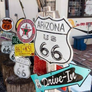 Route 66 Schilder in Seligman, Arizona