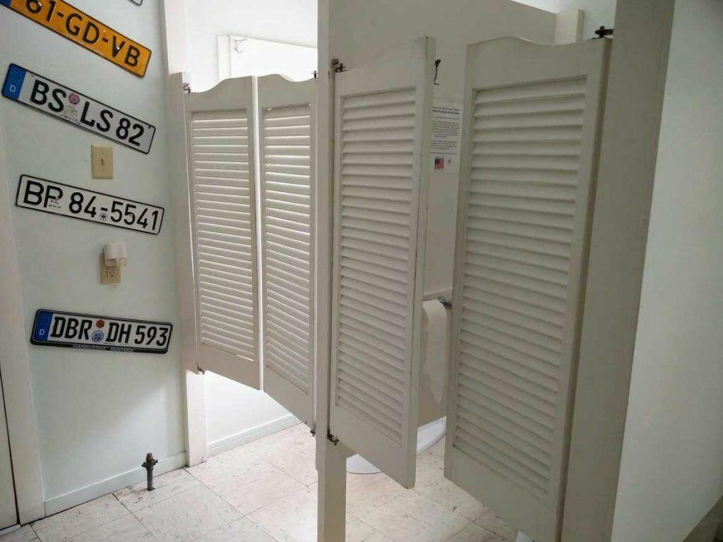 Toilette mit Saloon Türen in Seligman, Arizona