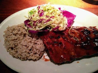 Baby Ribs mit Reis und Coleslaw bei Wood Ranch BBQ in Los Angeles