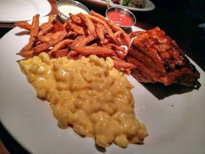 Mac n Cheese Süßkartoffelpommes und ein leckeres Stück Fleisch bei Wood Ranch BBQ in Los Angeles