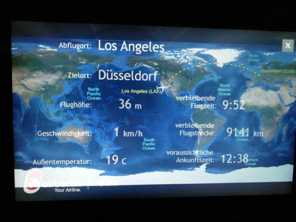 Anzeige im Flugzeug Status des Flugzeugs und des Flugverlaufes von Los Angeles nach Düsseldorf