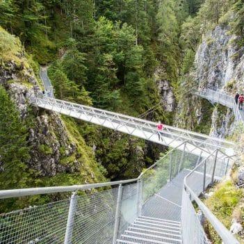 Brücke auf dem Leutaschklamm zwischen Tirol und Bayern