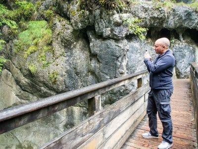 Stephan beim Fotografieren der Tatzlwurm Wasserfälle