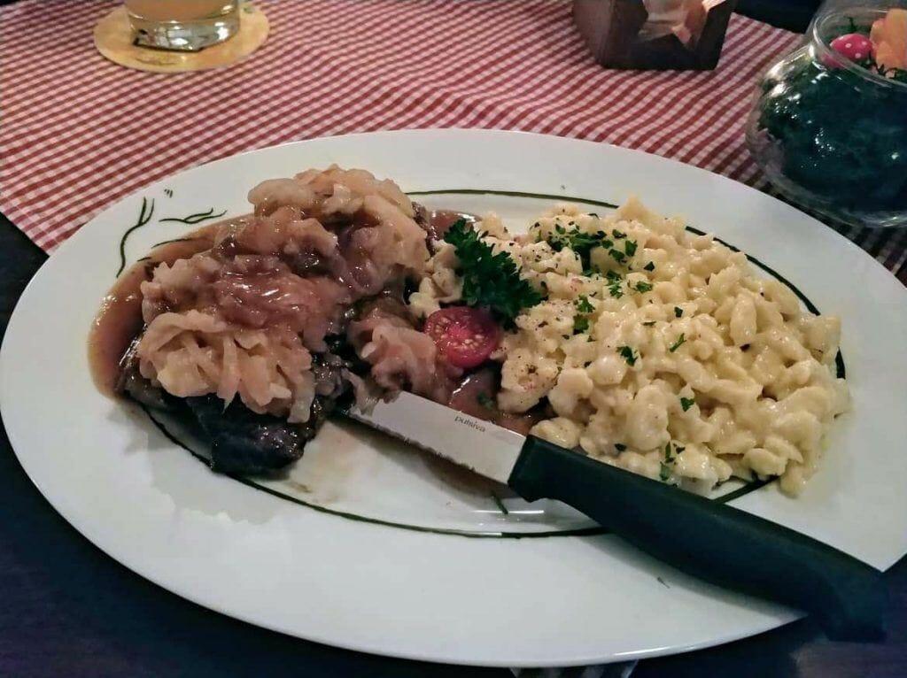 Rostbraten mit Spätzle im Alpenzauber Restaurant in Oberstaufen