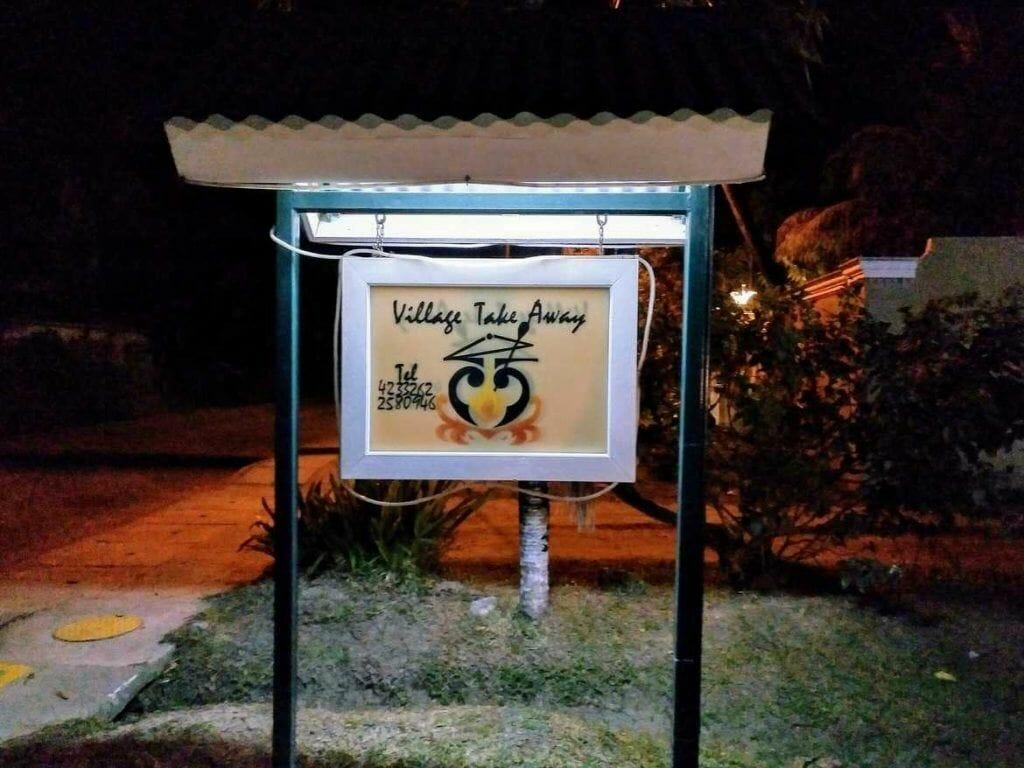 Schild vom Village Take Away auf Praslin Seychellen