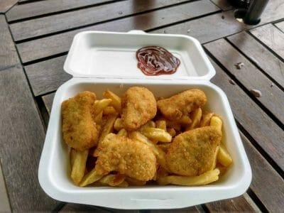 Chicken Nuggets mit Pommes vom Coco Rouge Take Away auf Praslin Seychellen