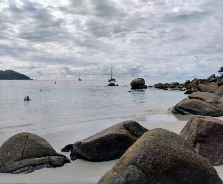 Blick übers Meer bei Regen Praslin Seychellen