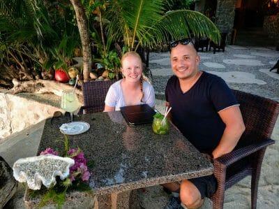 Sandra und Stephan direkt am Strand im Restaurant Les Rochers auf Praslin Seychellen