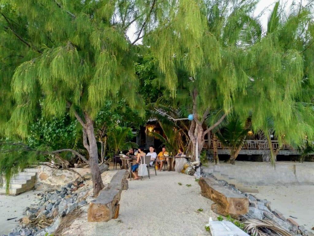 Außenbereich Les Rochers Restaurant auf Praslin Seychellen