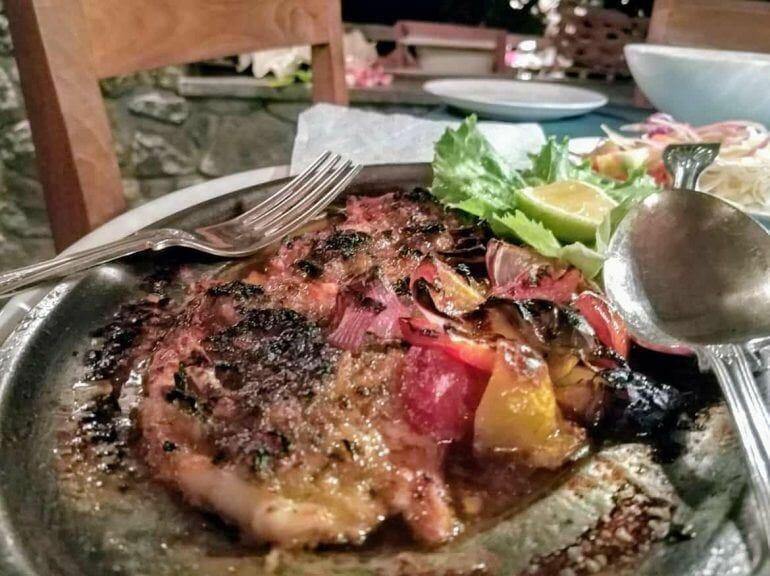 Fischgericht im Restaurant Les Rochers auf Praslin Seychellen