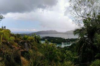 Aussicht bei Regen Fond Ferdinand auf Praslin, Seychellen