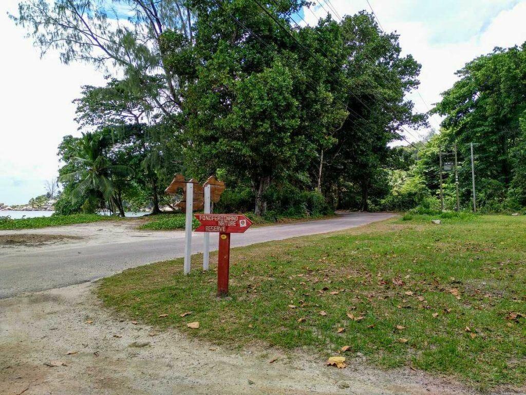 Hinweisschild zum Fond Ferdinand auf Praslin Seychellen