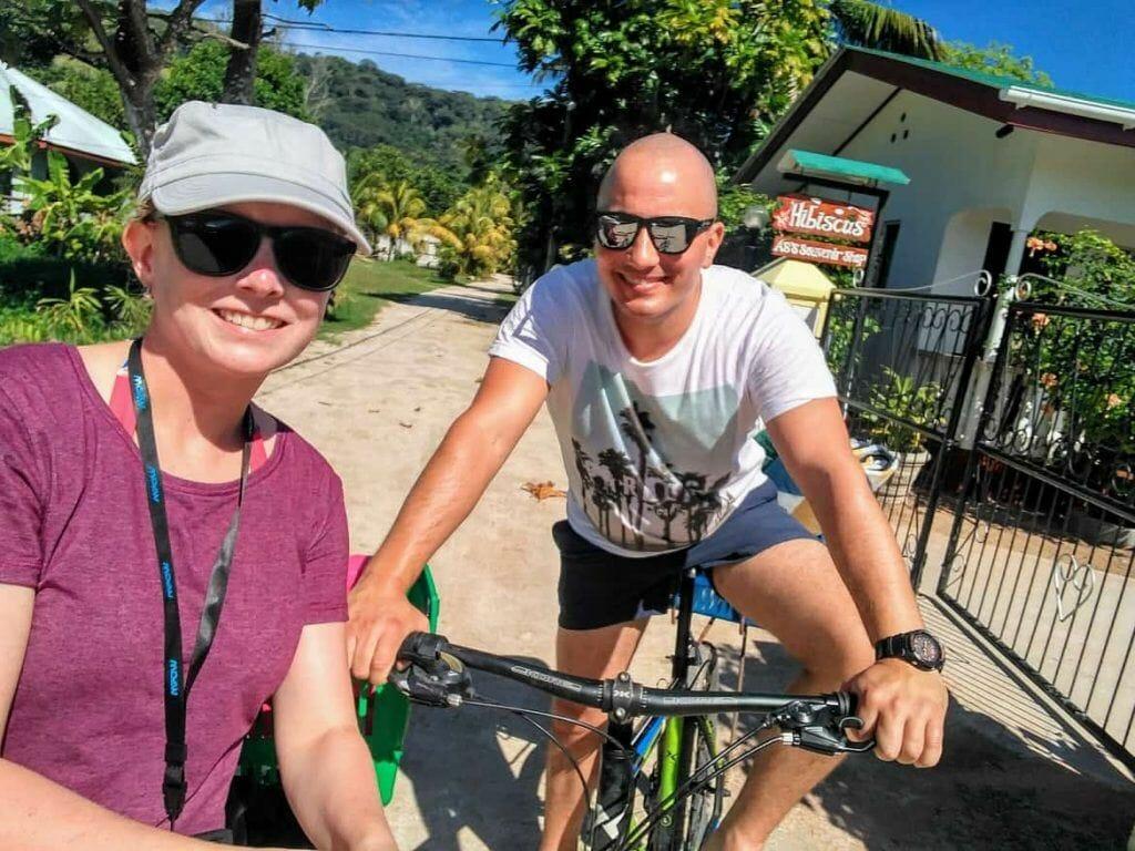 Unterwegs auf Fahrrädern auf La Digue auf den Seychellen