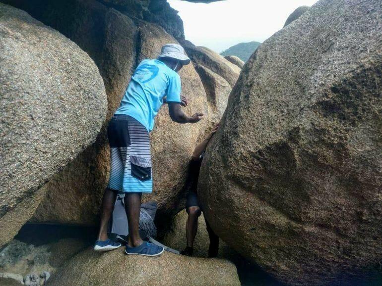 Tourguide Robert hilft beim Überwinden der Granitfelsen auf La Digue Seychellen