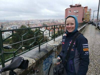 Sandra vor einem Aussichtspunkt in Lissabon Portugal