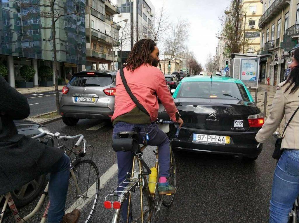 mit dem Fahrrad unterwegs auf Lissabons Straßen in Portugal