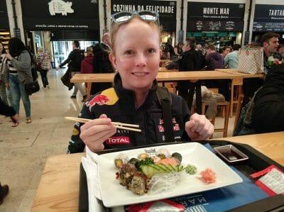 Sandra beim Sushi Essen im Time Out Market in Lissabon Portugal