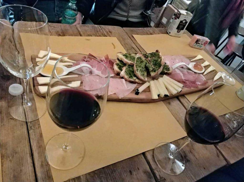 Schinken, Käse und Wein in der Masto Bar in Rom Italien