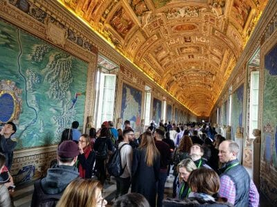 Überlaufene Gänge im Vatikanischen Museum in Rom Italien Vatikan