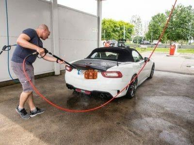 Stephan beim Auto waschen in Arese Italien
