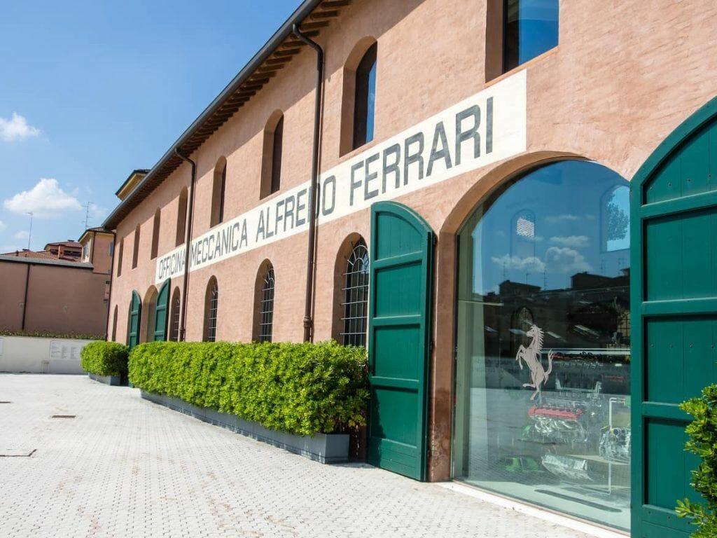 Zweites Gebäude im Enzo Ferrari Museum in Modena Italien