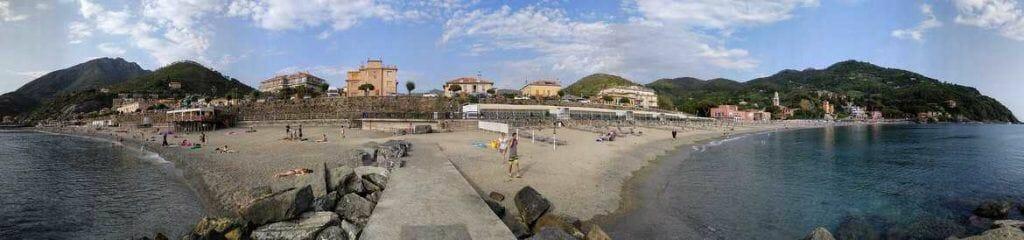 Panorama am Strand von Levanto Italien