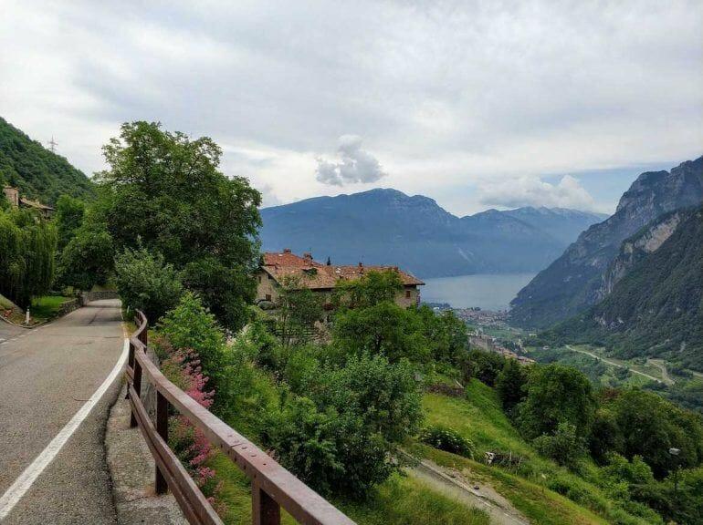 Blick auf den Gardasee bei Wanderung Italien