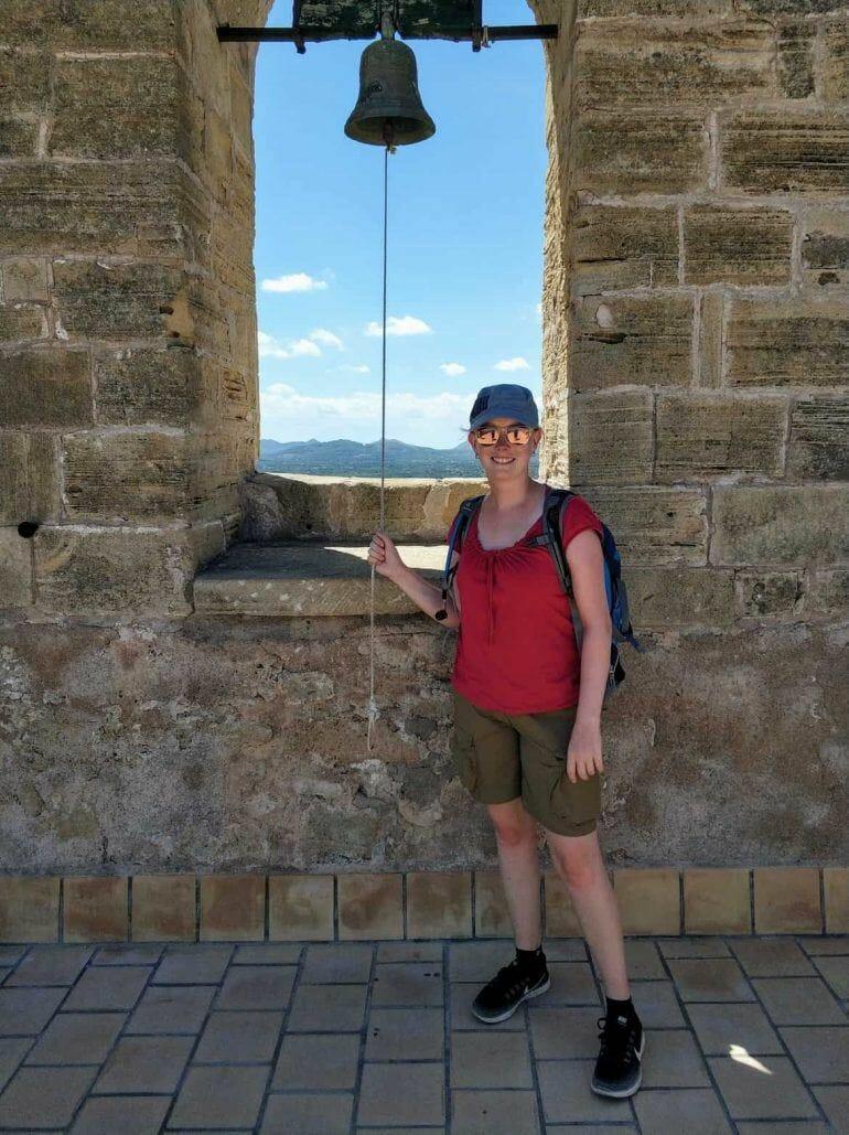 Sandra an der Burg Capdepera auf Mallorca