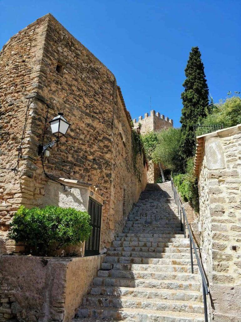 Treppenstufen zum Capdepera Burg auf Mallorca