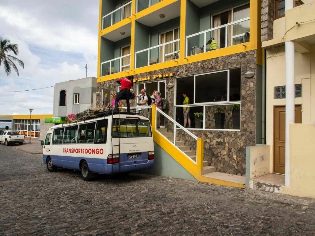 Ausladen Gepäck am Hotel Paul Mar auf Santo Antao Kapverden