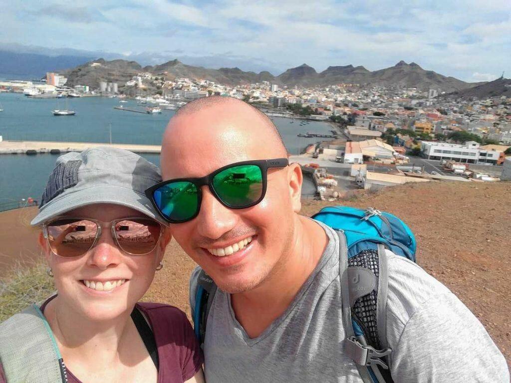Sandra und Stephan vor der Stadt Mindelo auf Sao Vicente