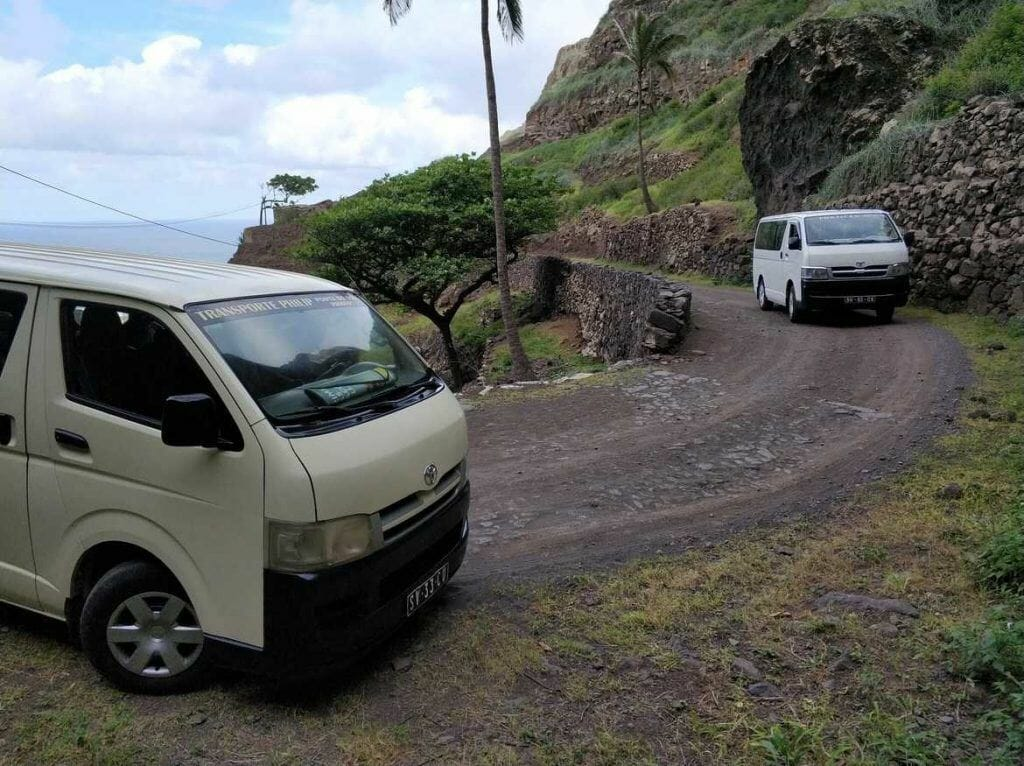 Busse auf der Küstenstraße Richtung Fontainhas auf Santo Antao Kapverden