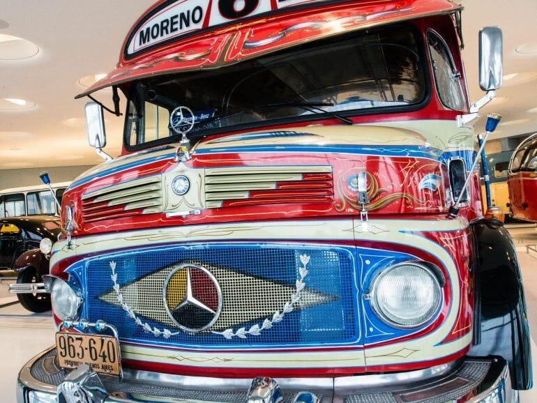 Toll angemalter alter Bus im Mercedes-Benz Museum in Stuttgart