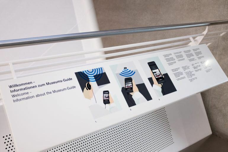Audio-Guide Erklärung auf Tafel im Mercedes-Benz Museum in Stuttgart