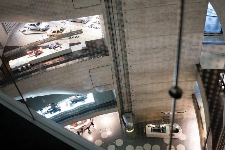 Blick von oben im Mercedes-Benz Museum in Stuttgart