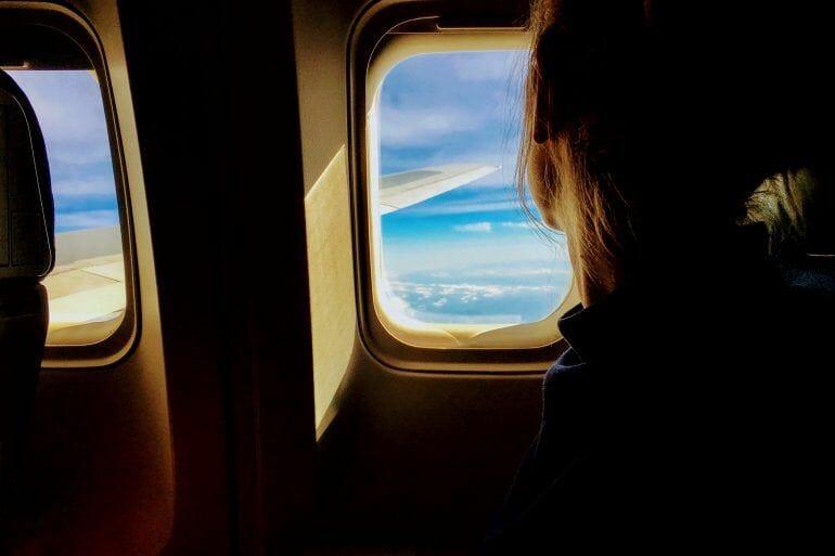 Erwachsene im Flugzeug