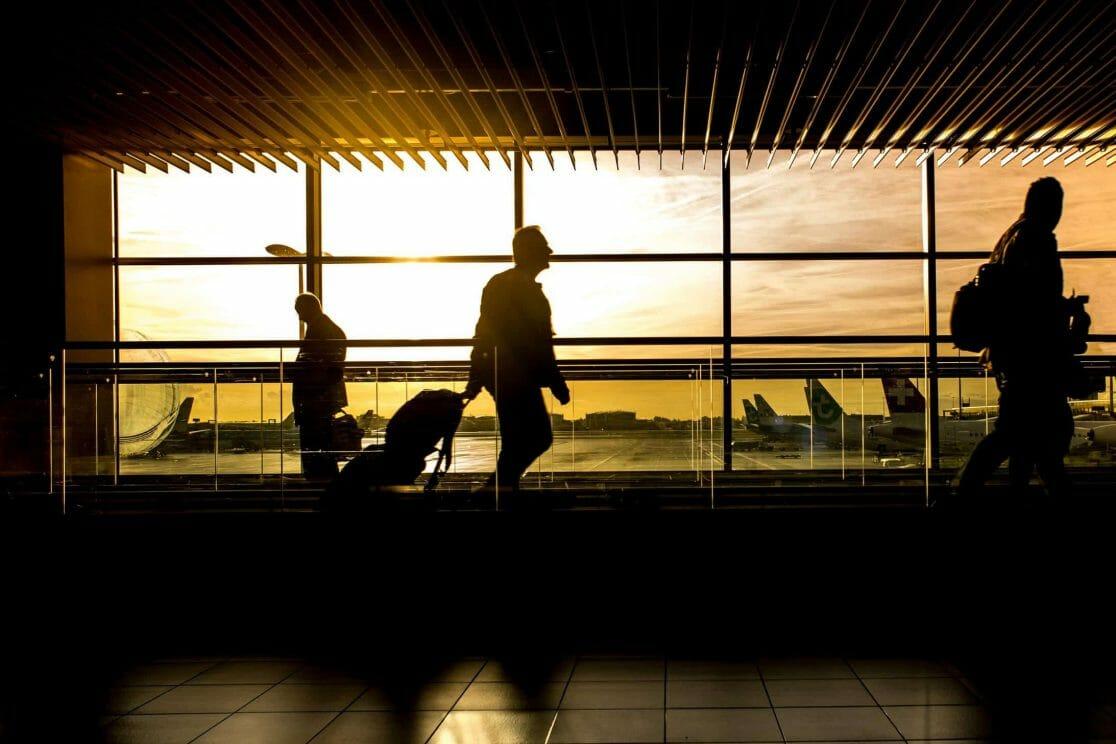 Silhouette von Passagieren im Flughafen