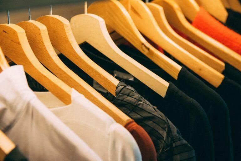 Verschiedene Kleidung auf Kleiderbügeln
