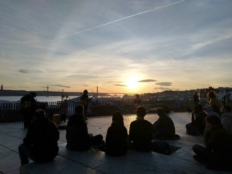 Sonnenuntergang am Mirador de Santa Catarina in Lissabon