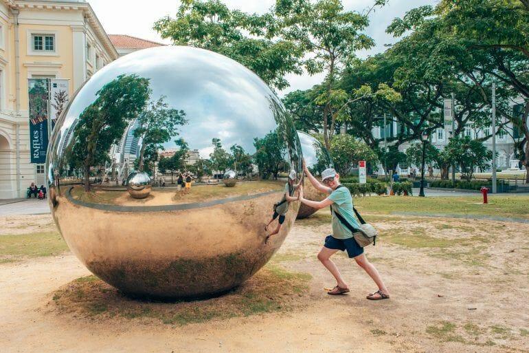 Sandra bei den Mirror Balls in Singapur