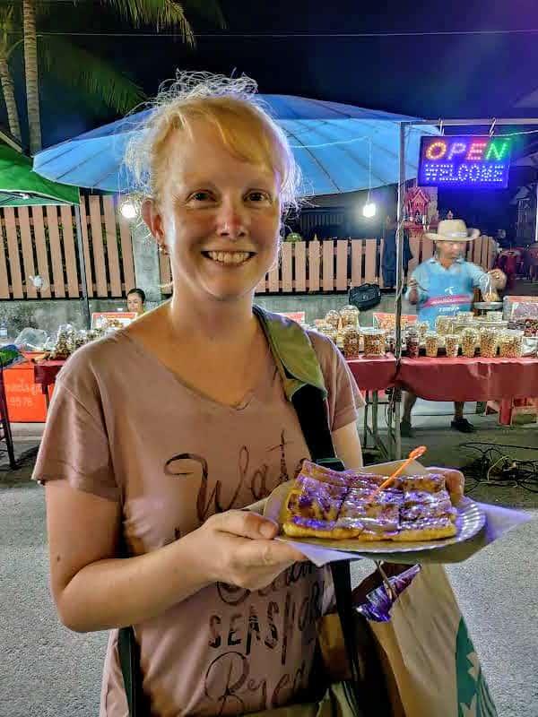Sandra mit Pancake auf Nachtmarkt Koh Samui Thailand