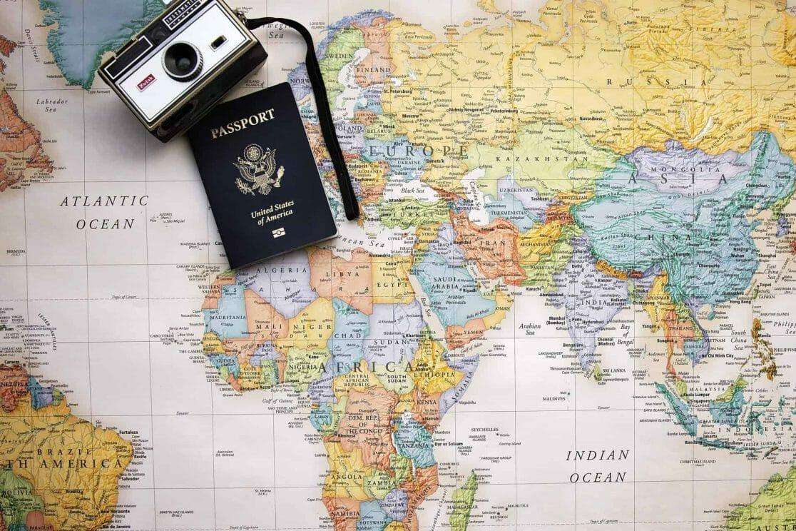 Weltkarte, Pass und Kamera
